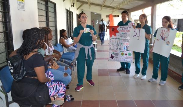 Programa química farmacéutica transmitiendo su conocimiento a usuarios de la Fundación Propal